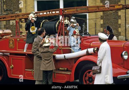 Die Königin und die Mitglieder ihrer Familie an der Sandringham, UK mit dem alten Anwesen Feuer-Motor. Foto Terry - Stockfoto