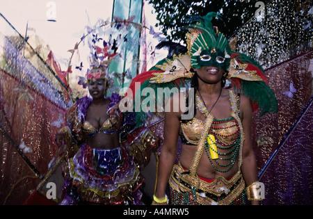 London, UK. Kostümierte Tänzer auf dem Notting Hill Carnival - Stockfoto
