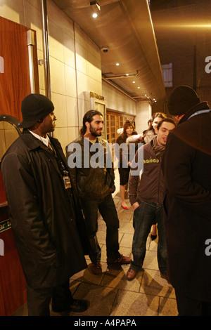 Großbritannien-London-Security-Männer in einem Londoner club - Stockfoto