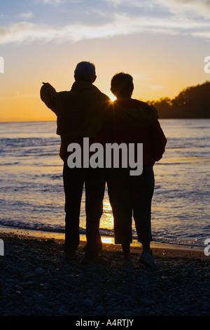 Silhouette eines Paares Sonnenuntergang am Strand - Stockfoto