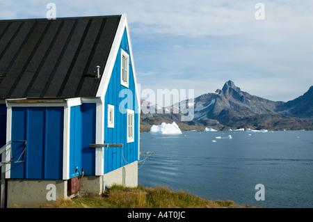 Inuit-Hütte im Dorf von Tasiilaq, früher bekannt als Ammassalik, Angmagssalik Insel, Sermilik Fjord, Ostgrönland. - Stockfoto