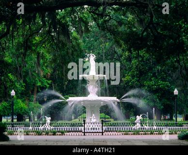 Brunnen im Zentrum von Forsyth Park in Savannah, Georgia, USA - Stockfoto