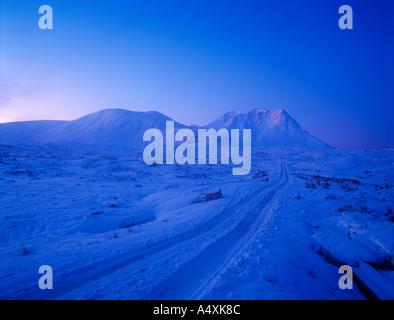 Vor Morgengrauen Szene mitten im Winter in Glencoe schottischen Highlands verschneiten Strecke mit Schnee bedeckten - Stockfoto