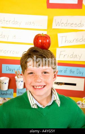 Junge mit Apfel auf den Kopf im Klassenzimmer - Stockfoto