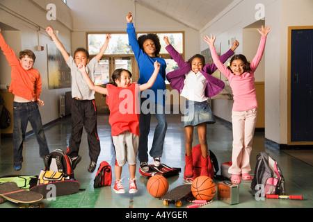 Gruppe von Studenten im Flur jubelt - Stockfoto
