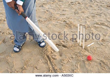 Mann spielen Beach-cricket - Stockfoto