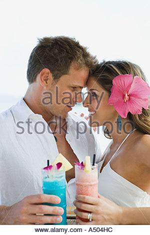 Paar mit Getränken - Stockfoto