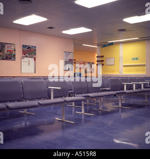 Ein leeres Wartezimmer im St. Georges Hospital, Tooting, Süd-London, UK. - Stockfoto