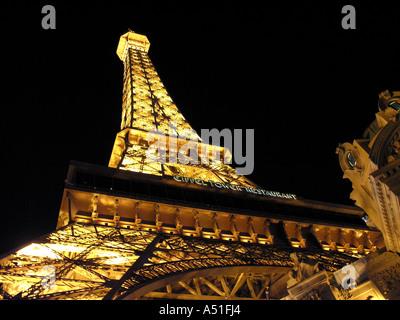 Eiffel Tower Paris Hotel und Casino in Las Vegas Streifen Skyline bei Nacht leuchtenden Neonröhren Wahrzeichen Gebäudearchitektur - Stockfoto