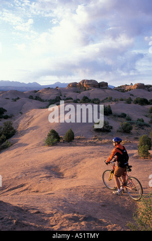 mountain biker s auf den slickrock mountainbike trail in. Black Bedroom Furniture Sets. Home Design Ideas