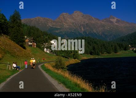 Menschen Touristen Besucher zu Fuß spazieren am See See promenade St. Moritz Graubünden Kanton der Schweiz Europa - Stockfoto