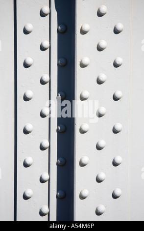 Nietköpfe in ein Eisenbahn-Brückenbauwerk Stahlträger - Stockfoto