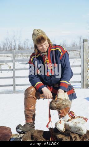 Nils-Ante Kuhumen Sami Lapp Rentierzüchter tragen traditionelle handgefertigten Kleidung Rentier Haut außerhalb - Stockfoto