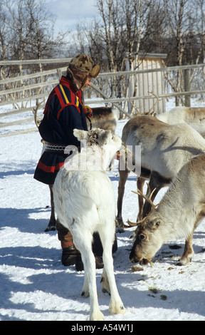 Nils Ante Kuhumen Sami Lapp Rentierzüchter tragen traditionelle handgefertigten Kleidung Rentier Haut außerhalb - Stockfoto