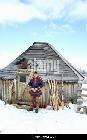 Nils Ante Kuhumen Sami Lapp Rentierzüchter in traditionelle handgefertigte Kleidung aus Rentier Haut außerhalb seiner - Stockfoto