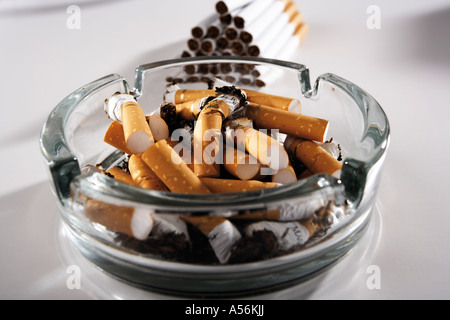 glas aschenbecher mit zigarettenstummel auf einem tisch. Black Bedroom Furniture Sets. Home Design Ideas