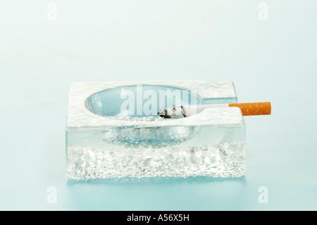 Zigarette im Aschenbecher - Stockfoto