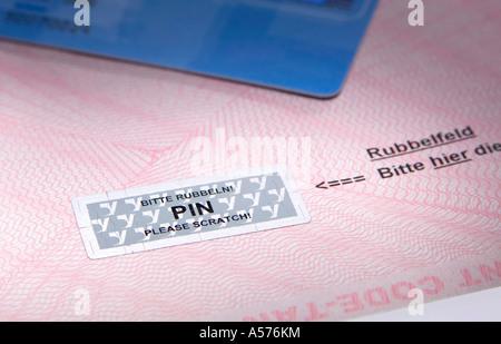 Kreditkarte auf Umschlag, Nahaufnahme - Stockfoto