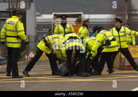 Polizei verhaften Demonstranten an Basis Faslane Nava - Stockfoto