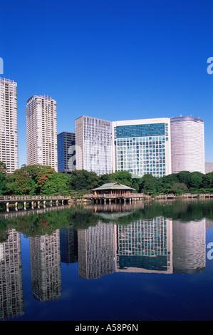Japan, Tokio, Hama-Rikyu japanischer Garten und Shiodome Gebiet Skyline - Stockfoto
