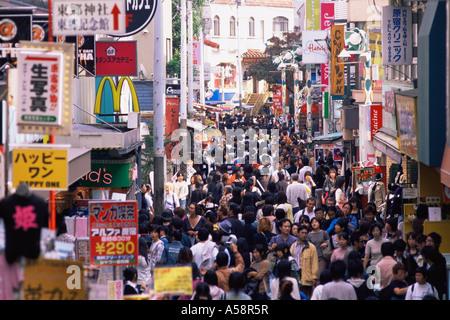 Japan, Tokio, Harajuku, Menschenmassen auf der Einkaufsstraße Takeshita-Dori - Stockfoto