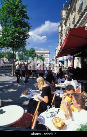 Straßencafé auf Champs-Elysées mit dem Arc de Triomphe in Paris - Stockfoto