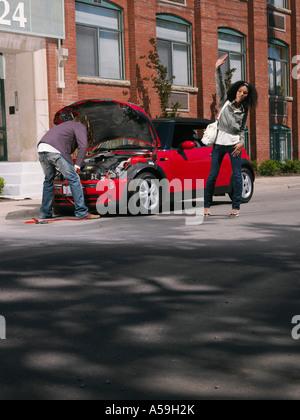 Paar mit Probleme mit dem Auto - Stockfoto