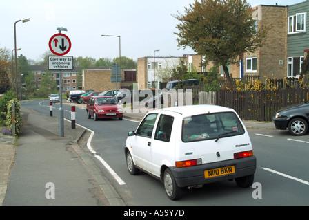 Verkehrsberuhigung misst unterwegs durch Wohnsiedlung - Stockfoto