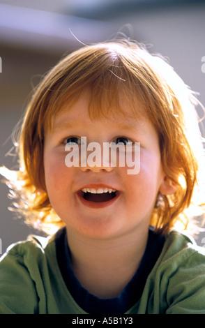 Portrait eines 3-jährigen Jungen - Stockfoto