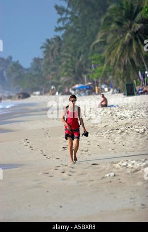 Rotes Kleid Frau geht barfuß im Sand Lamai Strand Ko Samui Insel Thailand - Stockfoto