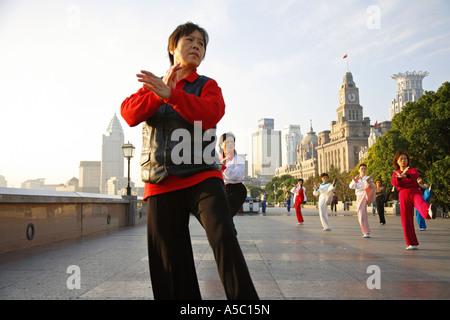 Frauen, die Tai Chi auf der Bund München Jiangsu Provinz Ost-China China Asia - Stockfoto