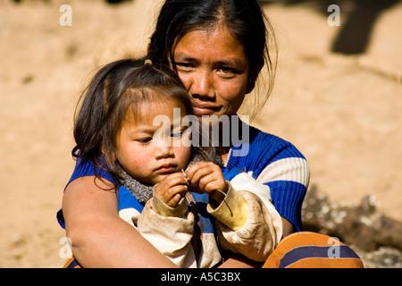 Junge Tochter Mutter Schoß Udomxai oder Muang Xai Laos - Stockfoto