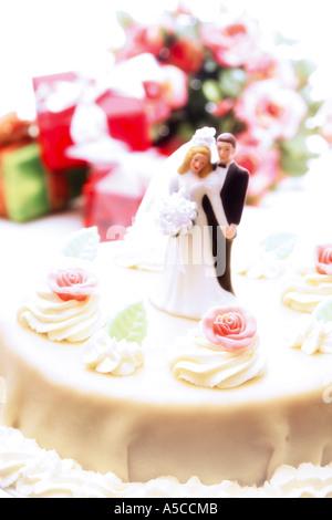 Hochzeitstorte Topper mit Braut und Bräutigam - Stockfoto