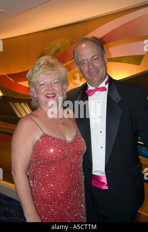 Paar in Abendgarderobe in der Lobby einer Kreuzfahrt Schiff - Stockfoto