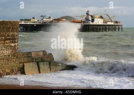 Strand von Brighton mit Ort Pier im Hintergrund. England - Stockfoto