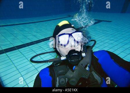 1 eine männliche Scuba Diver Übungen trainieren Sie im Hallenbad - Stockfoto