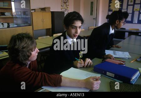 Greenford Middlesex Young female iranischen Gymnasiasten lernt sprechen Englisch als Muttersprache HOMER SYKES - Stockfoto