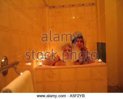 Mutter und Sohn ein Bad zu nehmen, in ein Hotel Bad bei Kerzenschein ...