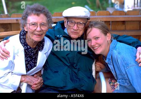 Enkelin mit Großeltern Alter 21 und 80. St Paul Minnesota USA - Stockfoto