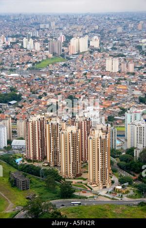 Luftaufnahme von Wohnungen und Mehrfamilienhäusern in Sao Paulo Brasilien - Stockfoto