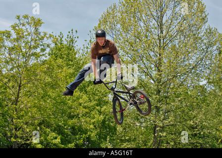 Stunt-Biker führt Trick und bekommt große Luft beim Wettbewerb - Stockfoto