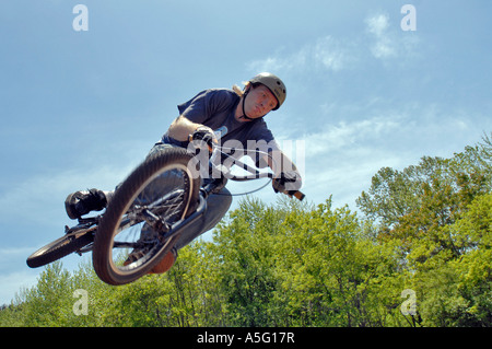 Biker, die Durchführung von Stunt bei einem Wettbewerb - Stockfoto