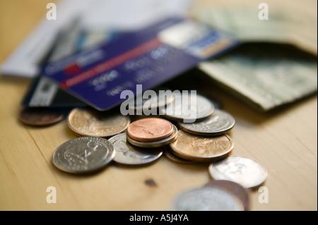 Kreditkarten-Münzen und-Scheine liegen auf einem Holztisch Fläche 2006 - Stockfoto