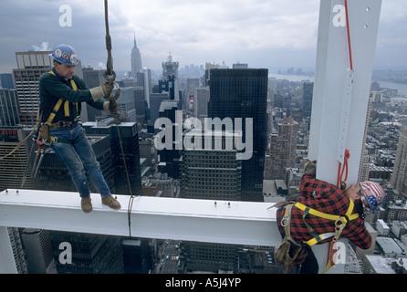 Stahlarbeiter Jimmy Sweeney und Billy Smith 675 Fuß über Boden nach dem Zufallsprinzip Hausbau 1745 Broadway in - Stockfoto