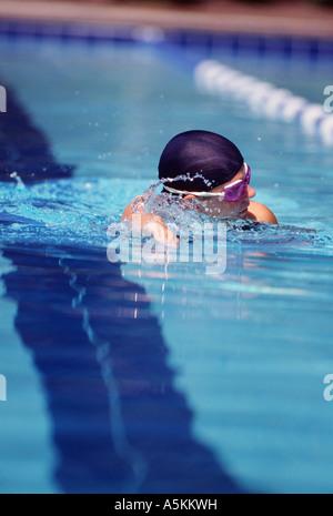 VA Chesapeake Riverwalk Pool Frau Schwimmer tun Freestyle in GAP und Schutzbrillen - Stockfoto