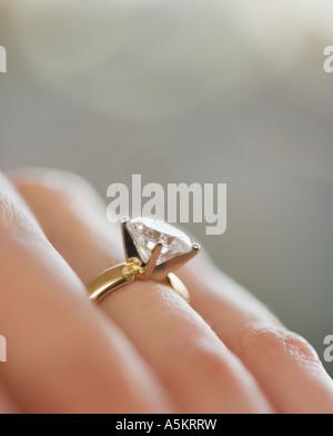 Nahaufnahme von Diamant-Verlobungsring - Stockfoto