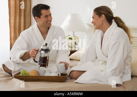 Paar im Bett zu frühstücken - Stockfoto