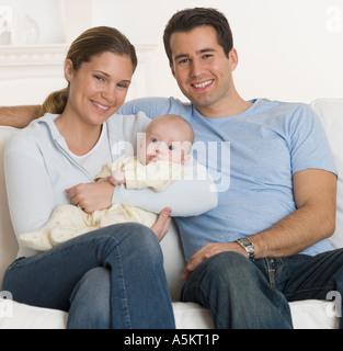 Porträt der Familie mit Baby auf sofa - Stockfoto