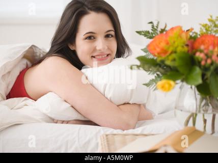 gelassene frau im bett lesen magazin stockfoto bild 42037766 alamy. Black Bedroom Furniture Sets. Home Design Ideas