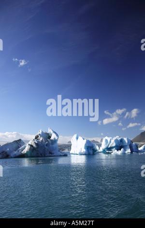 Große Eisberge auf Jökulsárlón Lagune schwimmen - Stockfoto